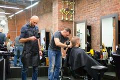 St Petersburg Russland 11 09 2018 der Meister des Haares macht das Anreden des Kundenhaares lizenzfreies stockbild