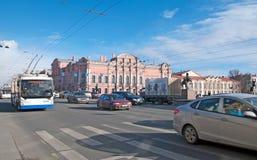 St Petersburg Russland Der Stadttransport auf der Nevsky-Allee Lizenzfreie Stockbilder