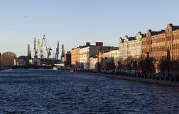 St. PETERSBURG, RUSSLAND - 8. DEZEMBER 2015: Foto von Fontanka-Fluss und von Admiralitäts-Werften Stockfotografie
