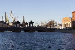 St. PETERSBURG, RUSSLAND - 8. DEZEMBER 2015: Foto von Fontanka-Fluss und von Admiralitäts-Werften Lizenzfreies Stockfoto