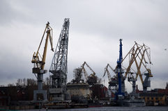 St Petersburg, Russland - 28. Dezember 2016 - Kräne im Hafen von St Petersburg Lizenzfreies Stockbild