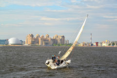 St. Petersburg, Russland Die gehende Yacht des Segelns hetzt über Srednyaya Nevka entlang Primorsky-Allee Lizenzfreie Stockfotografie