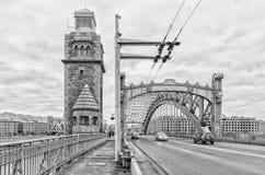 St Petersburg, Russland Ein Turm und ein Bogen von Bolsheokhtinsky-Brücke Stockbild