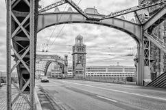 St Petersburg, Russland Ein Turm und ein Bogen von Bolsheokhtinsky-Brücke Lizenzfreies Stockfoto