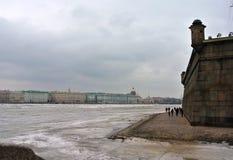 St Petersburg, Russland: eine Ansicht des Palast-Dammes vom bewölkter Frühling Peter und Paul Fortresss Tag Lizenzfreie Stockfotos