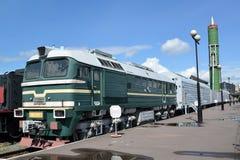 St. Petersburg, Russland Eine Ansicht einer Lokomotive von DM62-1731 und des kämpfenden Bahnraketensystems mit dem Interkontinent Lizenzfreie Stockbilder