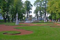 St. Petersburg, Russland Eine Ecke des Sommergartens mit dem Kronenbrunnen Lizenzfreie Stockfotos
