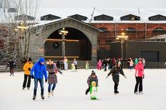 St Petersburg, Russland - 11. Februar 2017: Eislaufeisbahn in der Stadt am Winter Leute, die lernen eiszulaufen Neue Holland Isla Lizenzfreies Stockbild
