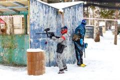 St Petersburg, Russland - 21. Februar 2016: Großes jährliches Paintballszenariospiel 'Tag M' in Snaker-Club Lizenzfreie Stockfotografie