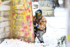 St Petersburg, Russland - 21. Februar 2016: Großes jährliches Paintballszenariospiel 'Tag M' in Snaker-Club Lizenzfreie Stockfotos