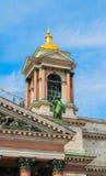 St Petersburg, Russland - Glockenturm von Kathedrale St. Isaacs mit Skulpturgruppen Heiligen und Engeln Lizenzfreies Stockfoto
