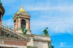 St Petersburg, Russland - Glockenturm von Kathedrale St. Isaacs mit Skulpturgruppen Heiligen und Engeln Stockbilder