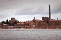 St Petersburg, Russland Historisches Gefängnis kreuzt 19. Jahrhundert und Neva River Stockfotos