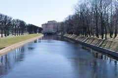 St Petersburg, Russland, im April 2019 Ansicht des Mikhailovsky-Schlosses von der Seite des Kanals entlang dem Feld von Mars im F stockfotografie
