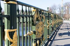 St Petersburg, Russland, im April 2019 Fragment eines alten Zauns der Brücke über dem Fluss im Stadtzentrum lizenzfreies stockfoto