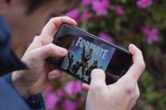 St Petersburg, RUSSLAND -02 im Mai 2019: Popul?res vierzehn Tage Spiel auf mobilem Schirm lizenzfreies stockfoto