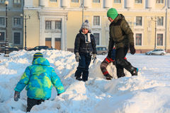 St Petersburg, RUSSLAND - 16. Januar 2016, Kinder, die auf dem Schnee auf dem Palast-Quadrat, Winter, Dämmerung spielen Stockfotografie