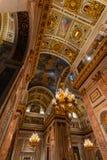 ST PETERSBURG, RUSSLAND - 2. Januar 2019: Schöner Innenraum des der Kathedrale St. Isaacs Luxuriöse Decke und Haube innerhalb stockbilder