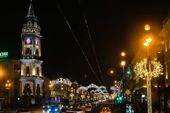 St Petersburg, Russland - 14. Januar 2017: Straßendekoration zum Weihnachten Stadt wird zum neuen Jahr verziert Der Junge gelegt  Lizenzfreie Stockfotografie