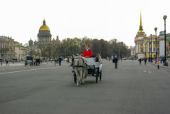 St. PETERSBURG, RUSSLAND - 1. JANUAR 2008: Wagen mit Pferden Stockbild