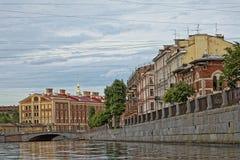ST PETERSBURG, RUSSLAND - 9. JULI 2017: Damm des Griboyedov-Kanals in St Petersburg, Russland Lizenzfreie Stockbilder