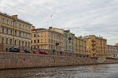 ST PETERSBURG, RUSSLAND - 9. JULI 2017: Damm des Griboyedov-Kanals in St Petersburg, Russland Stockfotografie