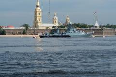 ST PETERSBURG, RUSSLAND - 20. JULI 2017: Ein Kampfschiff an der Wiederholung der Marineparade in St Petersburg stockbild