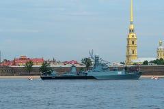 ST PETERSBURG, RUSSLAND - 20. JULI 2017: Ein Kampfschiff an der Wiederholung der Marineparade in St Petersburg stockfotos
