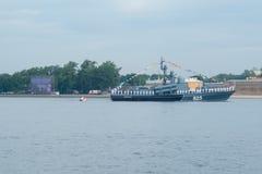 ST PETERSBURG, RUSSLAND - 20. JULI 2017: Ein Kampfschiff an der Wiederholung der Marineparade in St Petersburg lizenzfreie stockfotografie