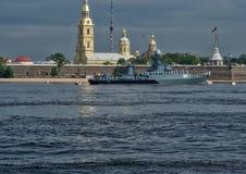 ST PETERSBURG, RUSSLAND - 20. JULI 2017: Ein Kampfschiff an der Wiederholung der Marineparade in St Petersburg stockbilder