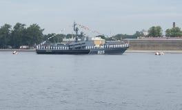 ST PETERSBURG, RUSSLAND - 20. JULI 2017: Ein Kampfschiff an der Wiederholung der Marineparade in St Petersburg lizenzfreie stockfotos