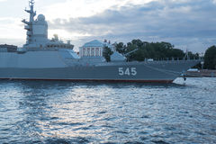 ST PETERSBURG, RUSSLAND - 20. JULI 2017: Fregatte Admiral Makarov am Abend vor der Marineparade in St Petersburg Lizenzfreie Stockfotografie