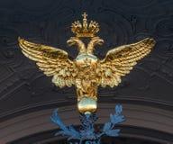 St Petersburg, Russland - 30. Juli 2017: Goldener zwei-köpfiger Adler auf den Toren des Zustands-Einsiedlerei-Museums Stockfotografie