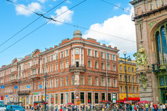St. PETERSBURG, RUSSLAND - 26. JULI 2015: Nevsky-Allee mit touri Lizenzfreies Stockfoto