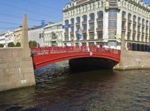 St. Petersburg, rote Brücke Lizenzfreies Stockfoto