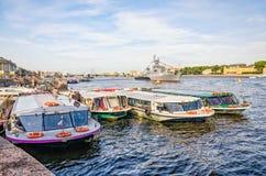 St Petersburg, Russland, am 26. Juli 2015 Russische Marine-Tagesfeier auf dem Neva-Fluss Die Wasserbusse machten bei der Admirali Lizenzfreies Stockfoto