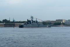 ST PETERSBURG, RUSSLAND - 30. JULI 2017: Russisches Marinekriegsschiff an der Marineparade in St Petersburg Stockbilder