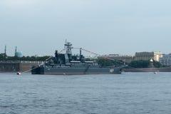 ST PETERSBURG, RUSSLAND - 30. JULI 2017: Russisches Marinekriegsschiff an der Marineparade in St Petersburg Lizenzfreie Stockfotografie