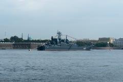 ST PETERSBURG, RUSSLAND - 30. JULI 2017: Russisches Marinekriegsschiff an der Marineparade in St Petersburg Lizenzfreies Stockfoto