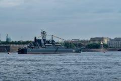 ST PETERSBURG, RUSSLAND - 30. JULI 2017: Russisches Marinekriegsschiff an der Marineparade in St Petersburg Lizenzfreies Stockbild