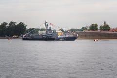 ST PETERSBURG, RUSSLAND - 30. JULI 2017: Russisches Marinekriegsschiff an der Marineparade in St Petersburg Stockfotos