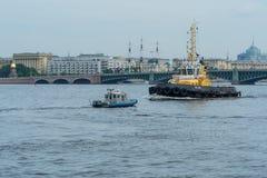 ST PETERSBURG, RUSSLAND - 23. JULI 2017: Schlepper auf Neva River Wiederholung der Marineparade in St Petersburg stockfotografie