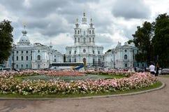 ST PETERSBURG/RUSSLAND - 16. Juli 2013: Smolny-Kloster der Auferstehung gelegen auf Ploschad Rastrelli, auf der Bank des Ri Stockfoto