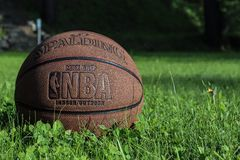 St Petersburg, Russland - 5. JUNI 2019: Basketballball auf grünem Gras Konzept des NBA-Endspielschlusses spalding Basketball back stockfotos