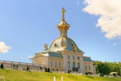 St Petersburg, Russland - 28. Juni 2017: eine Kirche mit goldenen Hauben in Peterhof in St Petersburg petersburg Stockbilder