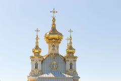 St Petersburg, Russland - 28. Juni 2017: eine Kirche mit goldenen Hauben in Peterhof in St Petersburg petersburg Stockfoto