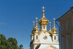 St Petersburg, Russland - 28. Juni 2017: eine Kirche mit goldenen Hauben in Peterhof in St Petersburg petersburg Lizenzfreie Stockbilder