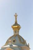 St Petersburg, Russland - 28. Juni 2017: eine Kirche mit goldenen Hauben in Peterhof in St Petersburg petersburg Stockfotos