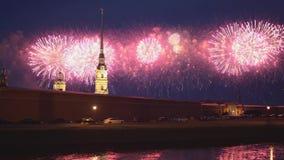 St. PETERSBURG, RUSSLAND - 23. JUNI 2019 - Feuerwerke auf Scharlachrot der Segel-jährliches Festival und Peter- und Paul-Festung  stock footage