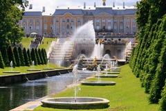 St Petersburg, Russland - 28. Juni 2017: Kaskade von Brunnen in Peterhof in St Petersburg Petersburg Stockbilder